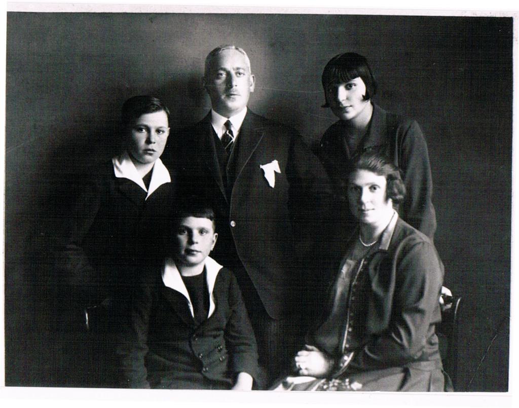 von links nach rechts: Hans Jürgen, Horst, Hermann, Bianca, Hedwig, Kinobesitzer Familie in Hamburg