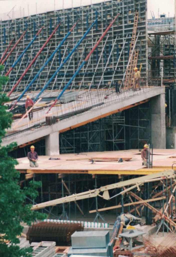 Baubeginn Dezember 1995 Aufnahme Mai 1996 Foto Jens Meyer Saal 1 soll Tausendundeinen Sitzplatz bekommen