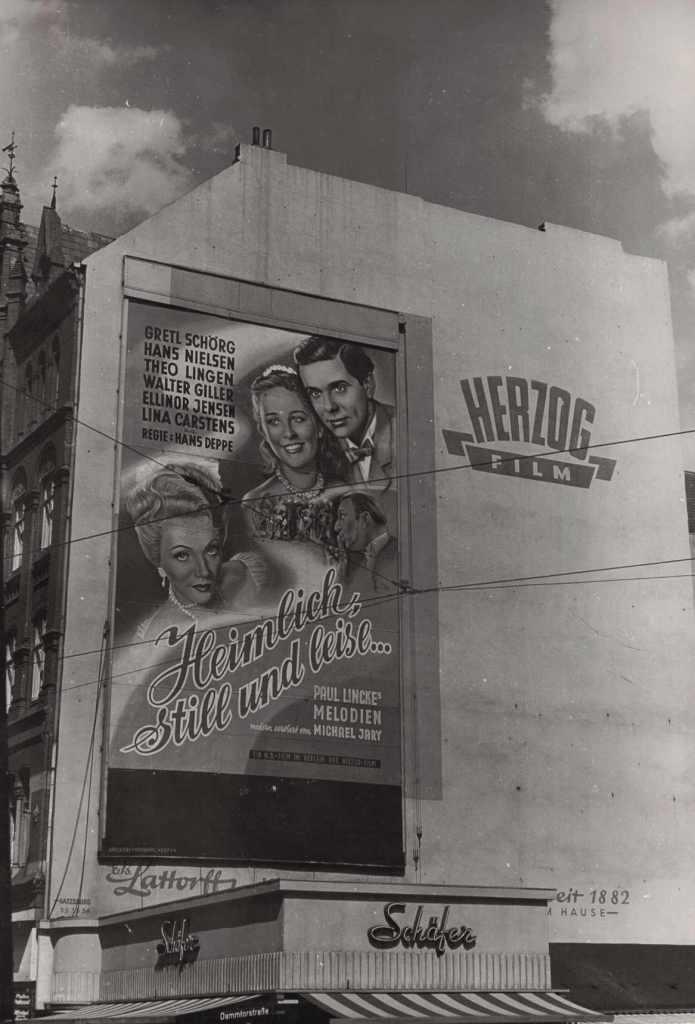 Plakatwand Hamburg Dammtorstrasse Ecke Gänsemarkt Foto von John Holler aufgenommen am 24. September 1953