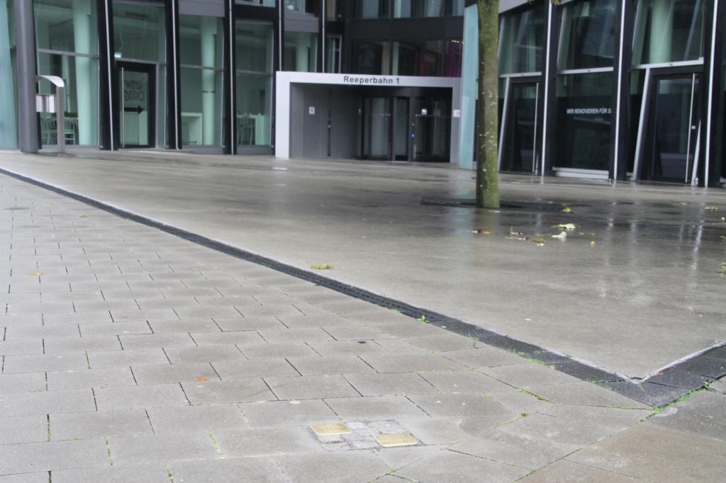 Stolpersteine vor den Tanzenden Türmen Reeperbahn 1 Foto Jan Johannsen 24. Oktober 2017