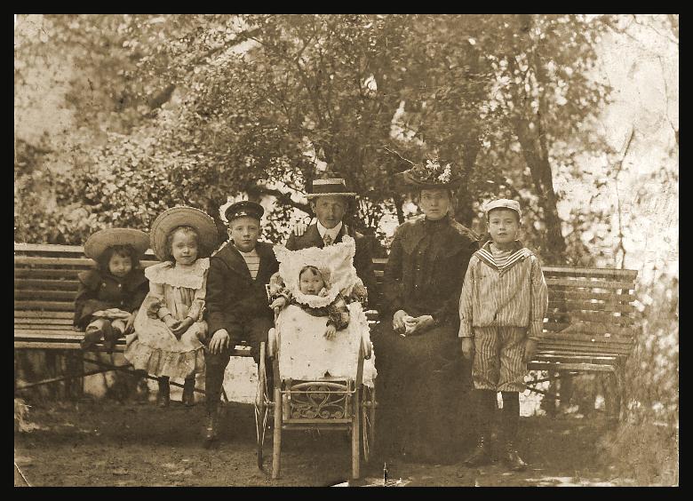 Foto von 1905. Familie Hirte. Im Kinderwagen Annelise Hirte. Mit Strohhut Hermann Hirte. Mit Blumenhut Cäcilie Hirte. Das Ehepaar hatte zehn Kinder. Die älteren Kinder sind nicht auf dem Foto.