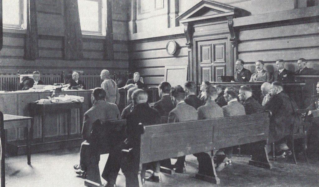 Verhandlungssaal des Altonaer Sondergerichts (um den 8. Mai 1933)