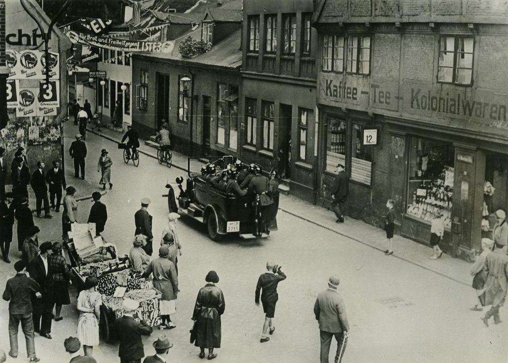 Mannschaftswagen der Polizei. Fotografiert am 18. Juli 1932